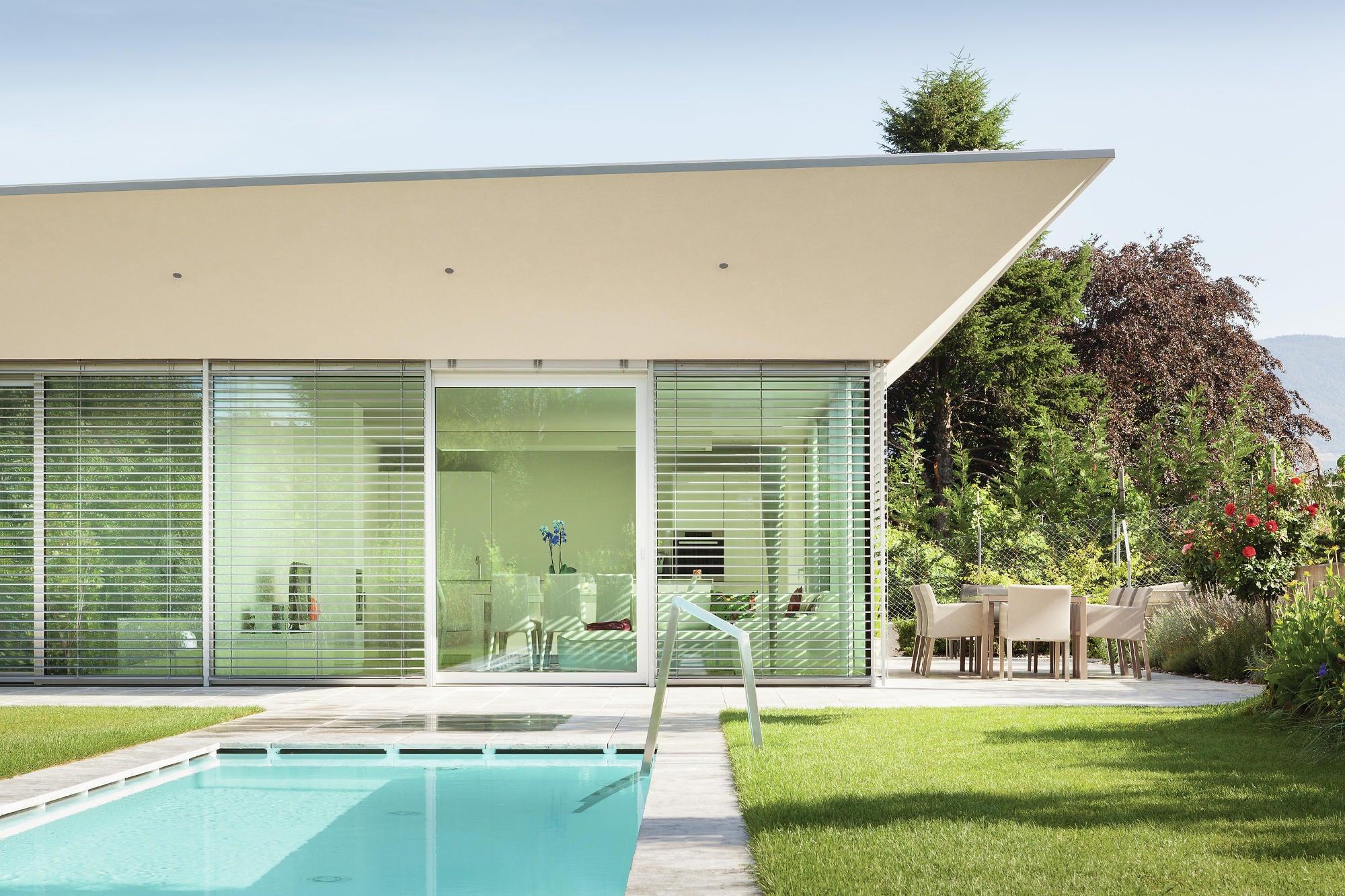 Casa con finestre scorrevoli